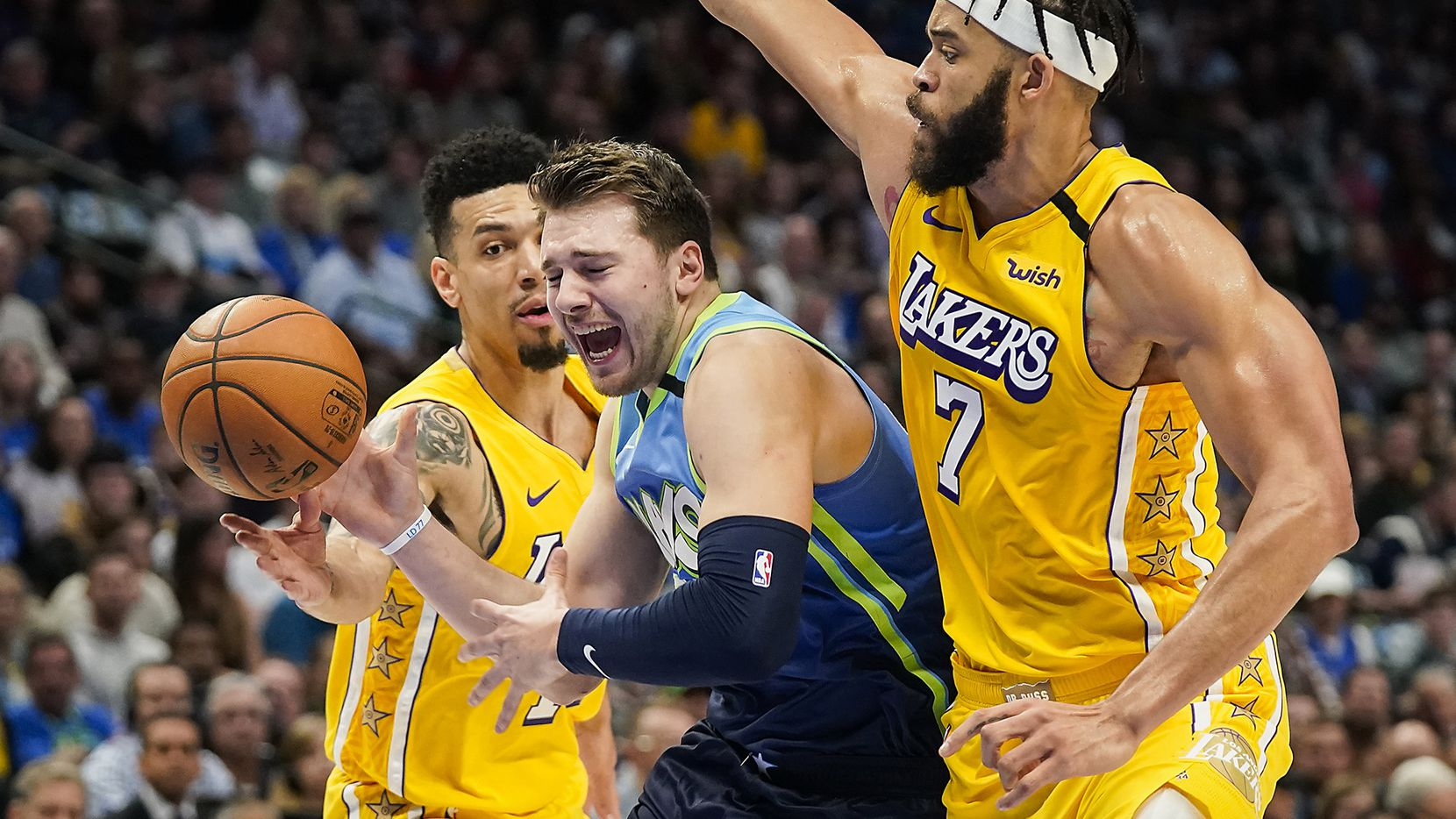 El jugador de los Dallas Mavericks, Luka Doncic, pasa en medio de dos jugadores de los Lakers de Los Ángeles durante un partido efectuado el 10 de enero de 2020 en el American Airlines Center de Dallas.