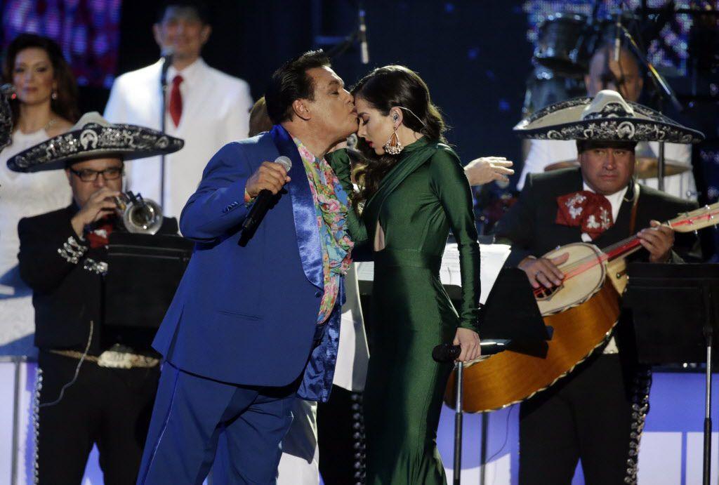 Juan Gabriel en escenario junto a Paty Cantú. ARCHIVO.
