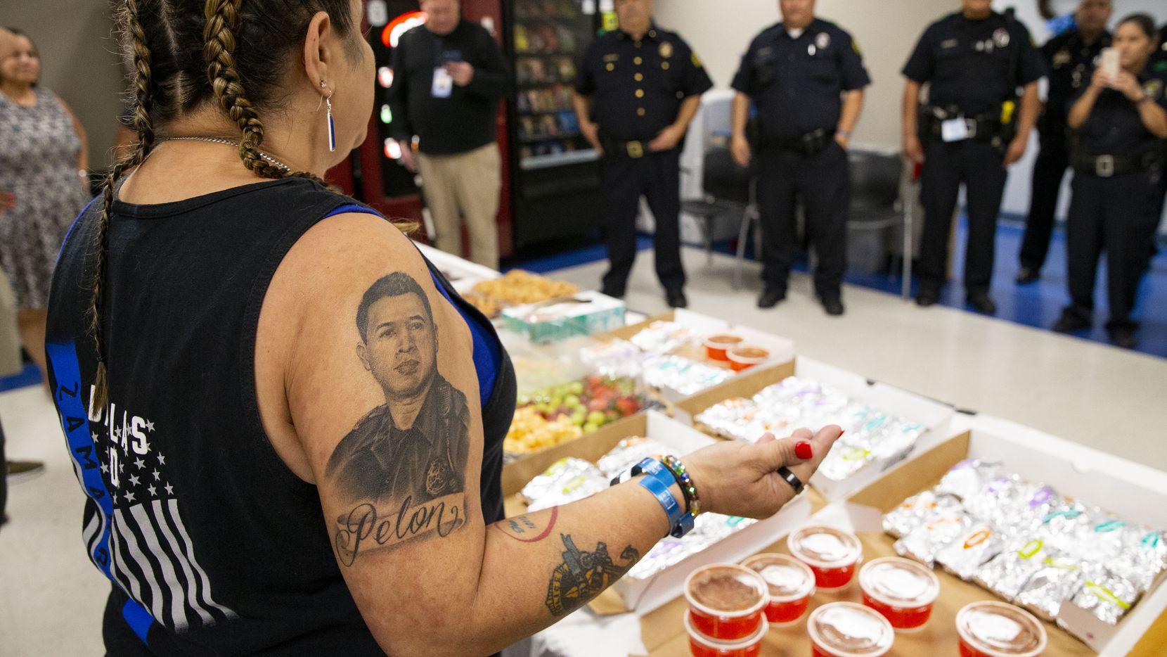 Valerie Zamarripa habla a los agentes de la división Southwest de la Policía de Dallas el viernes 2 de julio de 2021. El hijo de Valerie Zamarripa, Patrick Zamarripa, fue uno de cinco oficiales asesinados cuando un francotirador comenzó a disparar contra una marcha pacífica en el centro de Dallas en 2016.