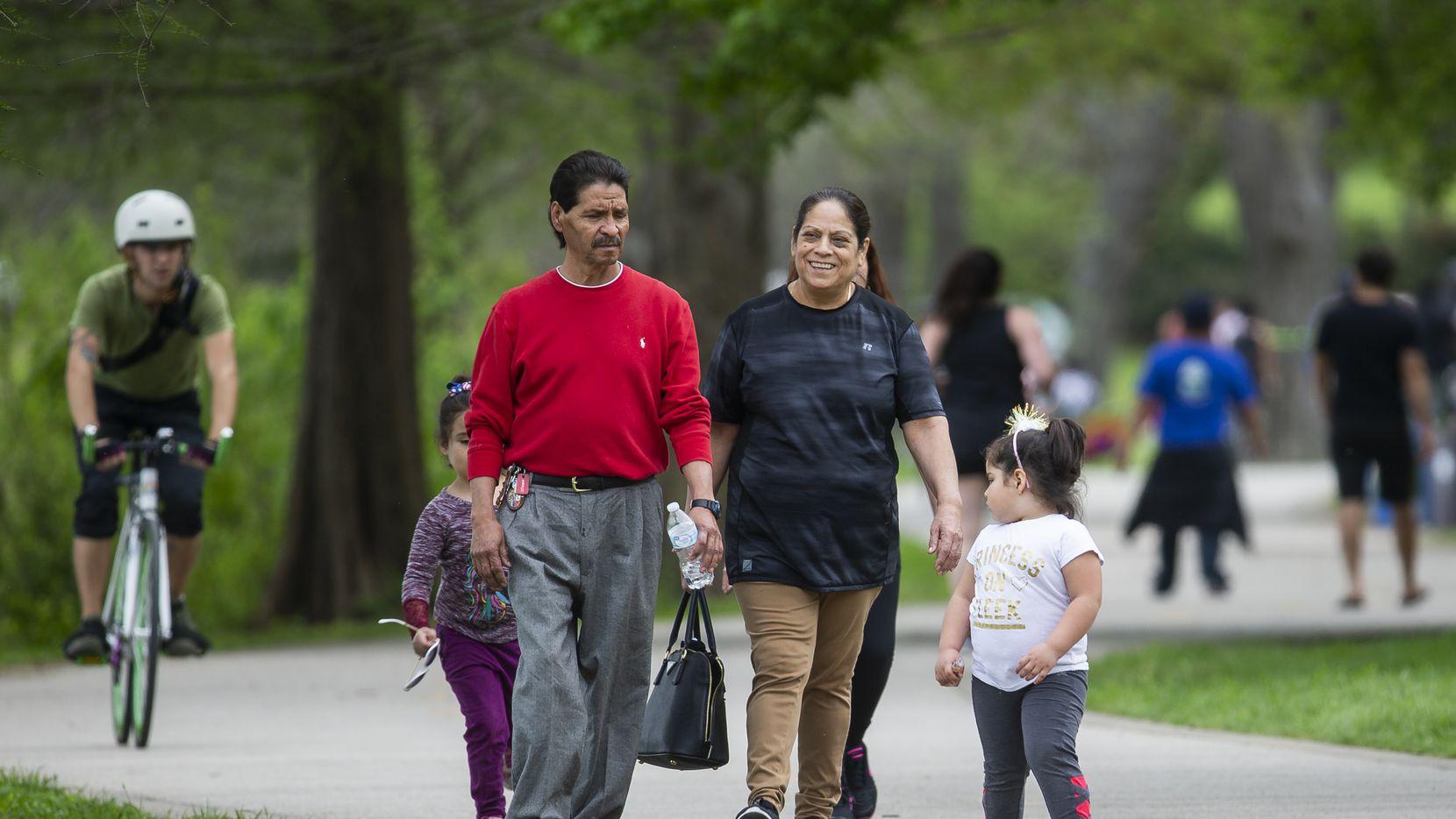 Cientos de personas han visitado White Rock Lake en Dallas y las autoridades han advertido al público de no saturar los parques para prevenir la propagación del coronavirus. Este fin de semana permancerán cerrados.