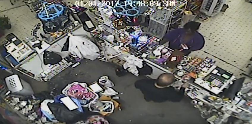 La policía busca ayuda para encontrar a esta mujer sospechosa de usar una tarjeta de crédito robada.