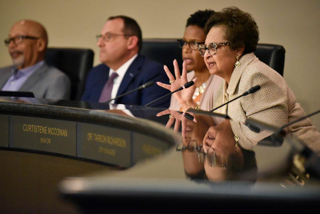 La alcaldesa de DeSoto, Curtistene Smith McCowan, durante una reunión del concejo de la ciudad el 2 de abril de 2019.