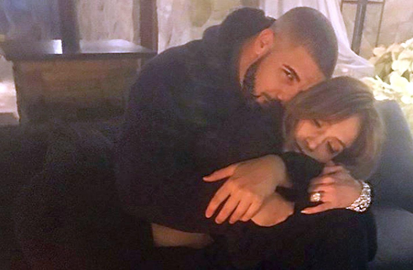 Jennifer Lopez y Drake subieron a sus redes sociales esta foto muy acurrucados en un sofá./AGENCIA REFORMA