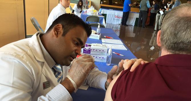 Empleados de las farmacias Walgreens ofrecieron el lunes vacunas contra la influenza a trabajadores del Ayuntamiento. (AL DÍA/ANA AZPURUA)