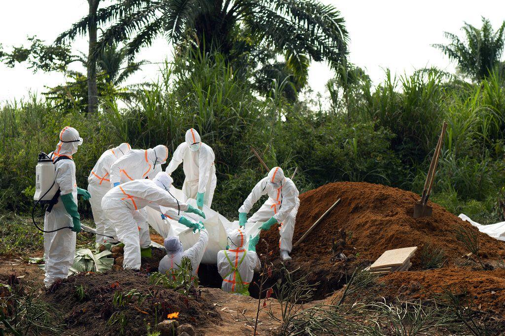 En esta fotografía tomada el domingo 14 de julio de 2019, una víctima de ébola es enterrada en un cementerio de Beni, República Democrática del Congo.