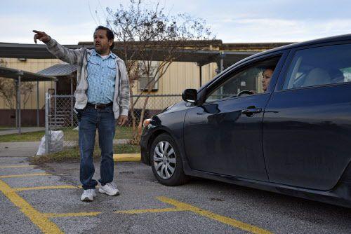 Las dos hijas de Marco Medina acuden a Solar Prep. El padre es voluntario en la escuela.