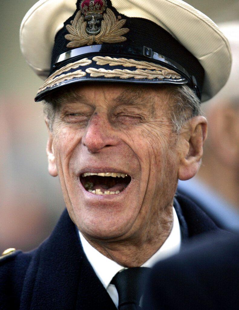 En esta foto del 9 de noviembre de 2006, el príncipe Felipe de Gran Bretaña se ríe de un chiste con un veterano de guerra tras una ceremonia por la inauguración del Field of Remembrance en la Abadía de Westminster, en Londres. (AP Foto/Lefteris Pitarakis, Archivo)