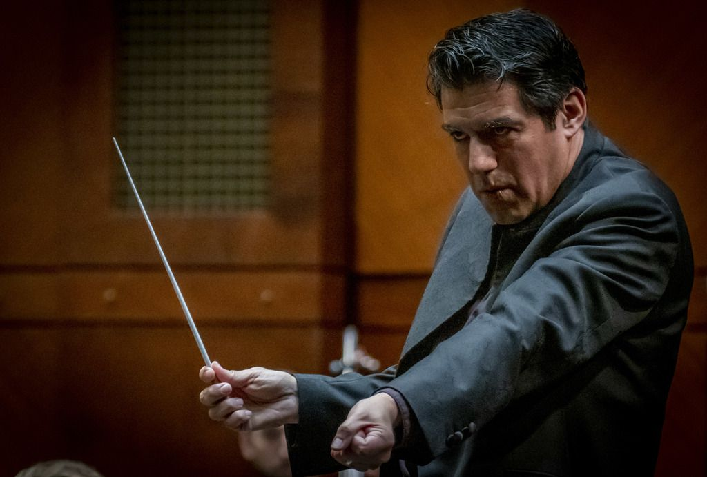 "Miguel Harth-Bedoya, director musical de la Orquesta Sinfónica de Fort Worth dirigió ""Dances of Galanta"" de Zoltan Kodaly en el Bass Performance Hall de Fort Worth."