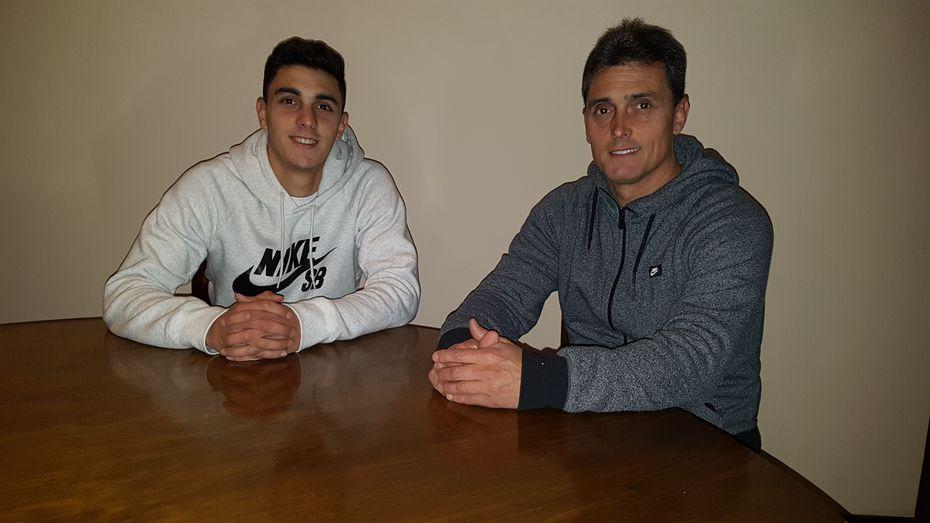 Joel (izq.) y Diego Soñora en su escuela de futbol en Haedo, Buenos Aires, en 2017.