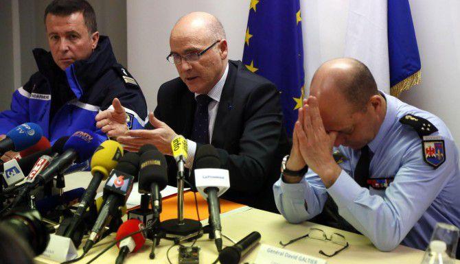 El fiscal Brice Robin (centro), de Marsella, Francia, afirmó que el copilito de Germanwings se encerró en la cabina y estrelló el avión intencionalmente.(AP)