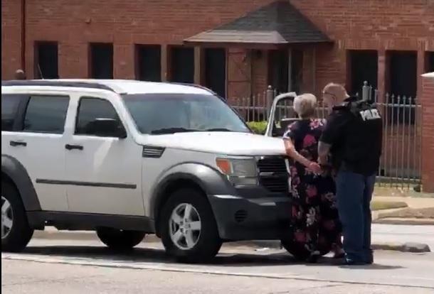 Imagen tomada del video donde se muestra un arresto en Oak Cliff.(CORTESIA DE VANESSA GAMBINO)