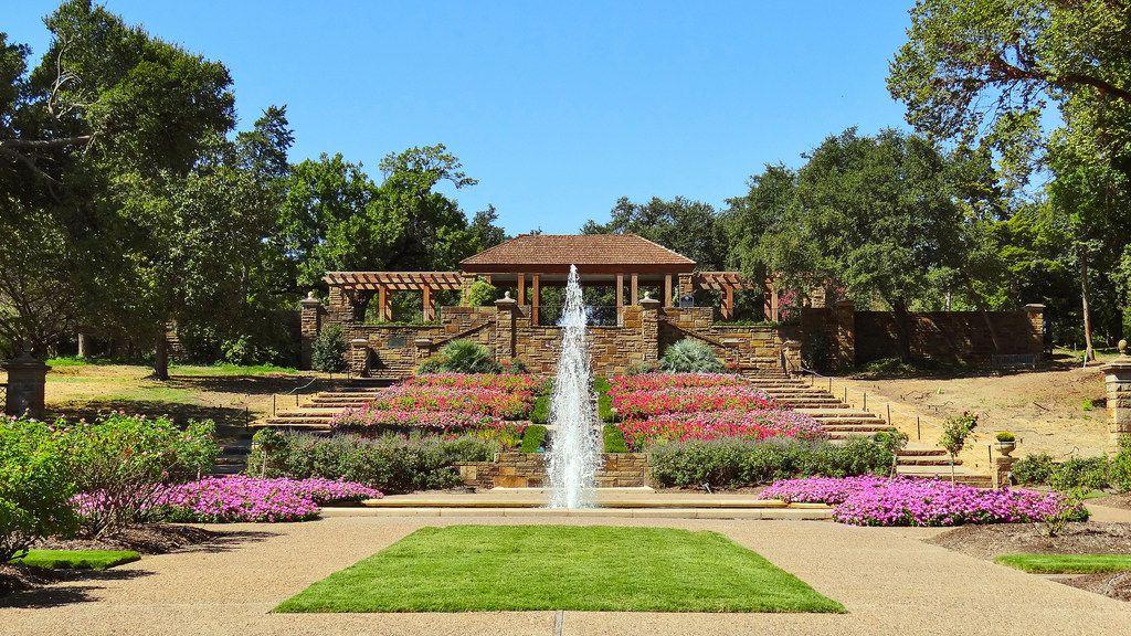 El Fort Worth Botanic Garden está ubicado en el 3220 Botanic Garden Boulevard.