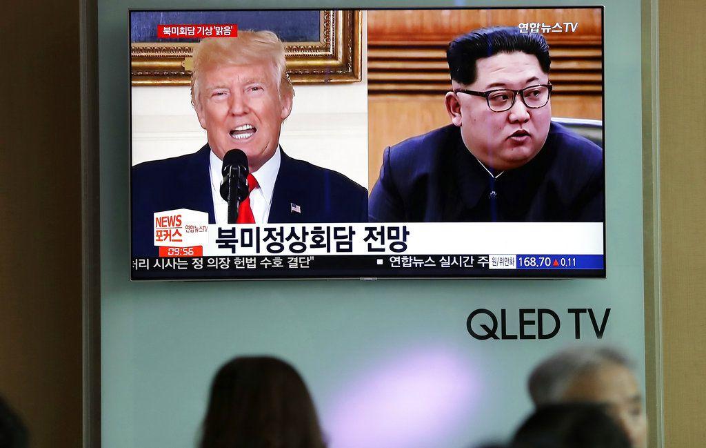 Una pantalla de televisión con las imágenes del presidente estadounidense Donald Trump y del líder norcoreano Kim Jong Un en Seúl el 11 de mayo del 2018. (AP Photo/Lee Jin-man, File)