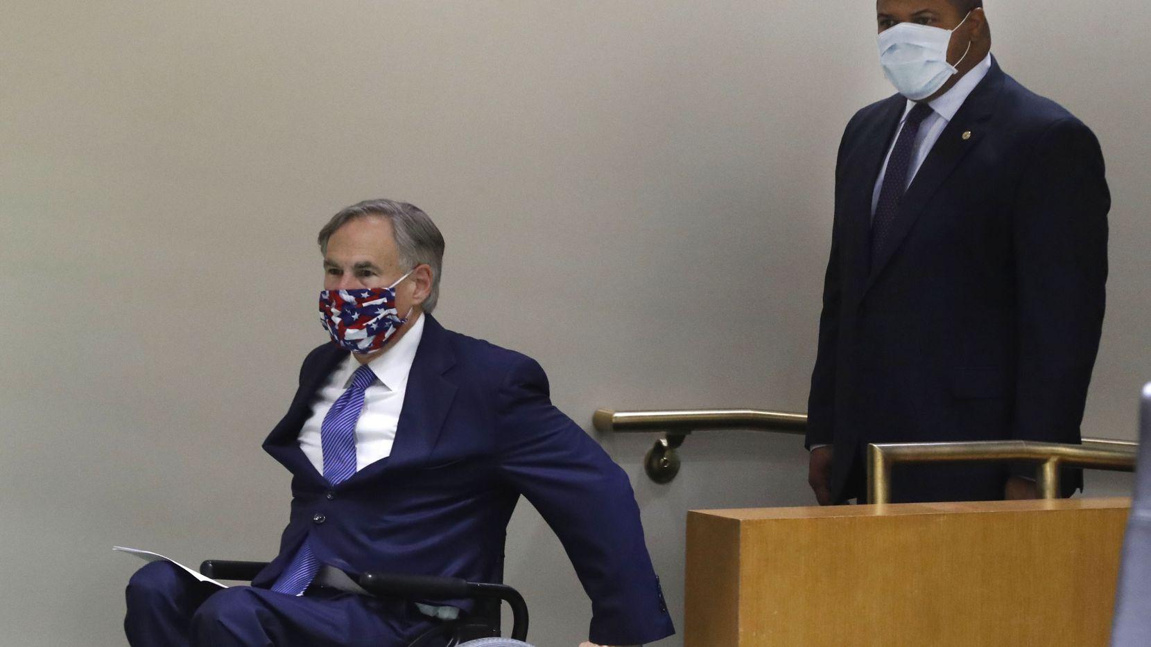 En medio de la pandemia por covid-19, el gobernador de Texas, Greg Abbott (izq.) y el alcalde de Dallas, llegaron con sus máscarillas para una rueda de prensa en Dallas, junto a autoridades de Fort Worth. Abbott se refirió a la muerte de George Floyd y las protestas que se han desatado.