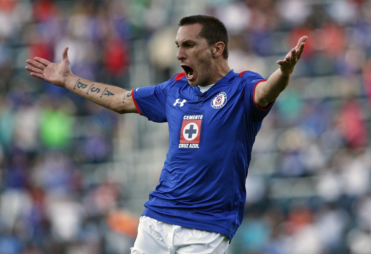 Cristian Chaco Giménez y Cruz Azul deben preocuparse por alejarse del descenso durante el Apertura 2017 del futbol mexicano. Foto AP
