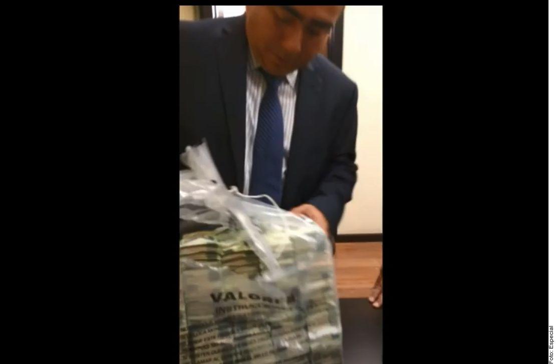 Un video muestra a Rafael Caraveo, ex Secretario de Senado, recibiendo bolsas de billetes que supuestamente eran sobornos de Odebrecht.