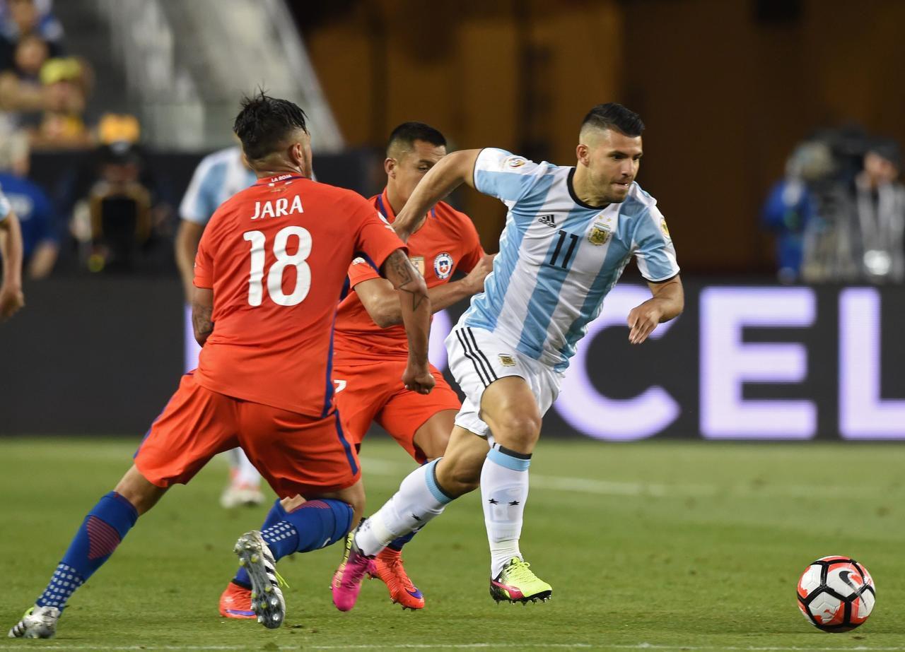 Sergio Agüero (11) conduce el balón ante la presión de Gonzalo Jara y Alexis Sánchez durante el partido entre Argentina y Chile por la fase de grupos de la Copa América Centenario, el 6 de junio en Santa Clara, California. La Albiceleste ganó 2-1. (AFP/GETTY IMAGES/MARK RALSTON)