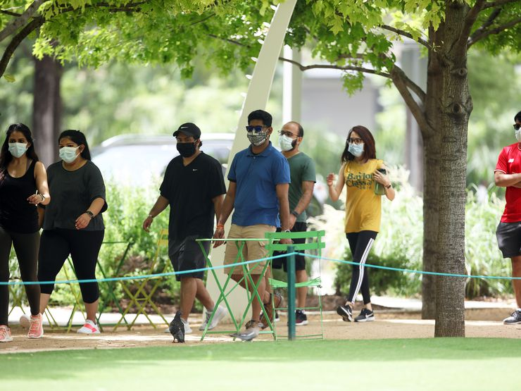 DALLAS, TX - JUN:  A group of people walks in Clyde Warren Park in Dallas, TX on Jun 27, 2020. (Photo Omar Vega / Al Dia Dallas)