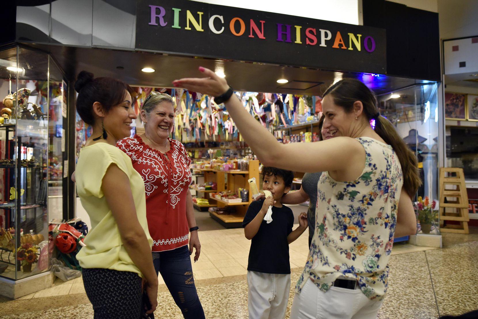 Nery Hernández (segunda desde la izq.) platica con su clientela en las afueras del Rincón Hispano, una de las últimas tiendas abiertas en el Valley View Mall. BEN TORRES/ESPECIAL PARA AL DÍA