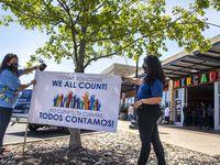 Minerva Rodriguez y Leticia Tudon promueven el censo 2020 en un reciente evento en Oak Cliff. El miércoles estarán en Bachman Lake, un vecindario de mayoría hispana que ha tenido un bajo nivel de respuesta al cuestionario del censo.
