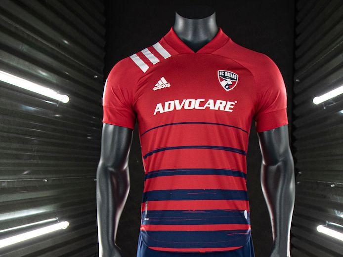 Los tradicionales colores rojo y azul se mantienen en el nuevo uniforme del FC Dallas para la temporada 2020 de la MLS.
