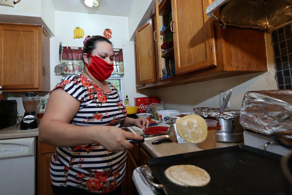 Lucero Ibarra, 32, tiene un negocio familiar de comida mexicana. Estuvo enferma de covid-19 durante todo mayo y todavía semanas después tenía algunas molestias.