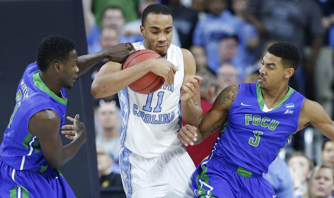 El delantero Brice Johnson (11) y el equipo colegial de North Carolina enfrentarán a Syracuse el sábado en Houston. (AP/GERRY BROOME)