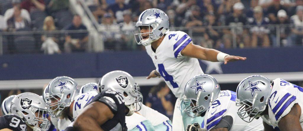 El mariscal de los Dallas Cowboys Dak Prescott da señales a sus compañeros. El QB pide silencio a los fans. (Irwin Thompson/The Dallas Morning News)