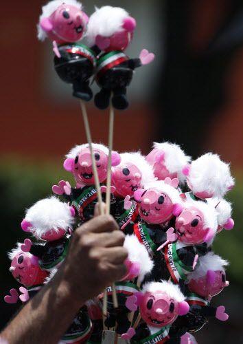 Figuritas de AMLO a la venta en la Ciudad de México. AP