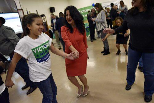 Victoria Neave baila con su sobrina Aracelli Cedillo luego de ganar su elección para un escaño en la Legislatura en noviembre.