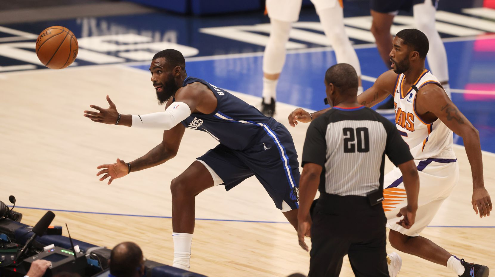 Dallas Mavericks forward Tim Hardaway Jr. (11) dives for a loose ball in front of Phoenix Suns guard E'Twaun Moore (55) during the first quarter of play at American Airlines Center on Monday, February 1, 2021in Dallas. (Vernon Bryant/The Dallas Morning News)