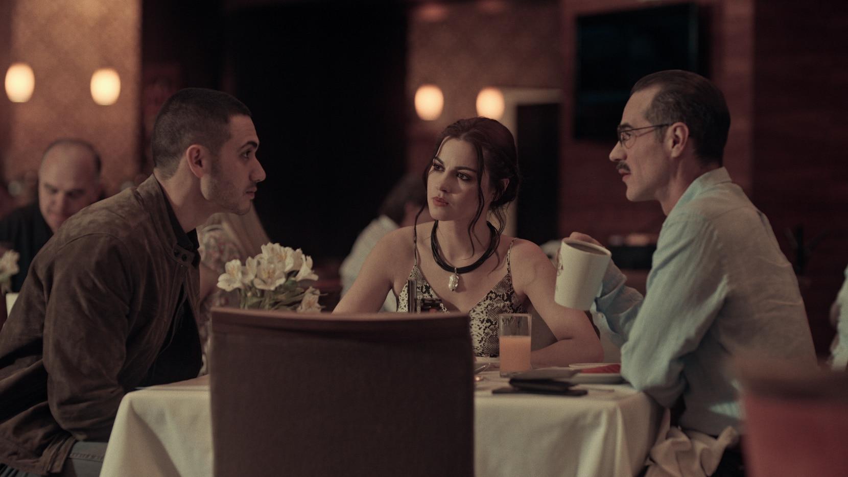 "Alejandro Speitzer, Maite Perroni y Jorge Poza durante una escena de la serie ""Oscuro deseo""."