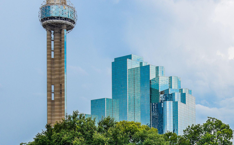 Reunion Tower junto al hotel Grand Hyatt, en el centro de Dallas. DMN