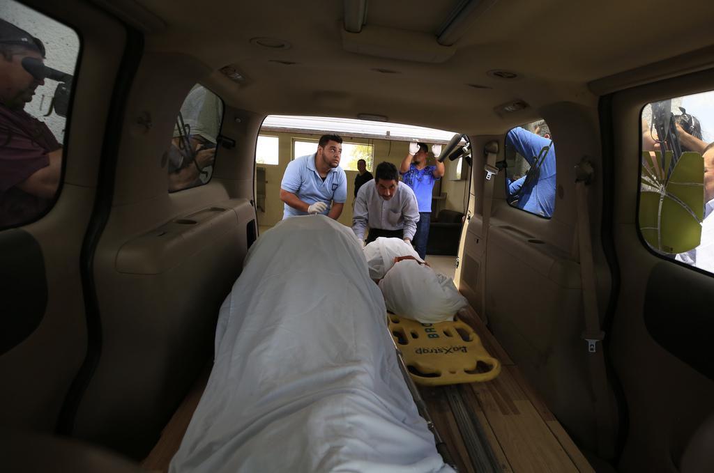Los cuerpos de los inmigrantes salvadoreños Oscar Alberto Martínez, de 25 años y su hija Valeria, de 2 años, yacen en una carroza fúnebre en Matamoros, México. Ambos se ahogaron mientras intentaban cruzar el Río Grande. (AP/REBECCA BLACKWELL)