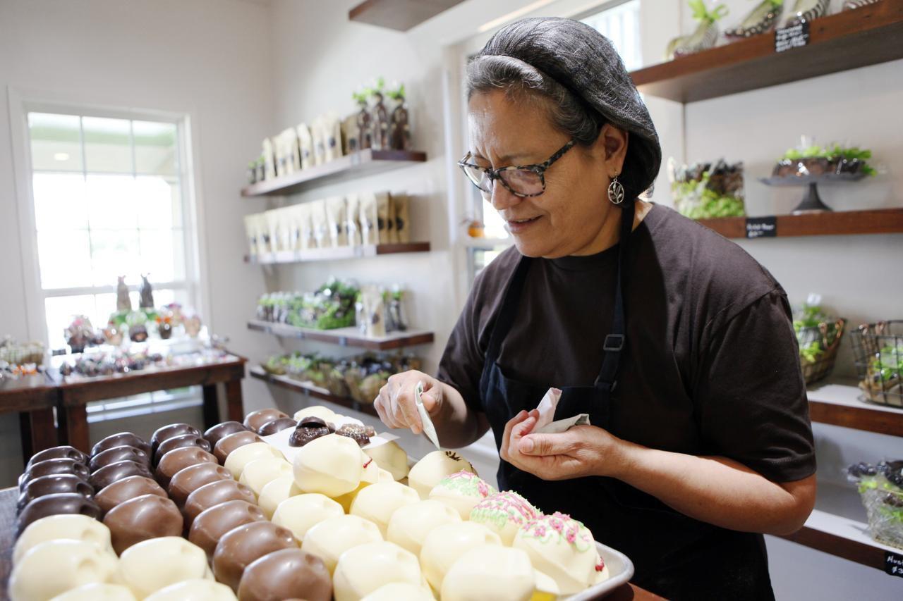 Andrea Pedraza, dueña de la chocolatería CocóAndré decora calaveras de chocolate para la celebración del Día de Muertos. (ESPECIAL PARA AL DÍA/BEN TORRES)