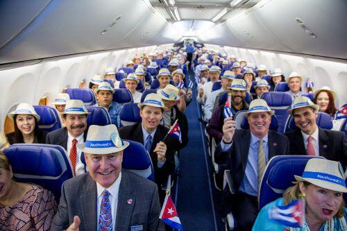 El director de Southwest Airlines, Gary Kelly y unos pasajeros celebran el primer vuelo de la empresa a La Havana, Cuba, el 12 de diciembre de 2016. Cortesía SOUTHWEST