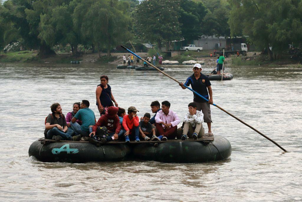 Un grupo de personas cruzan el Río Suchiate en una balsa improvisada desde Guatemala a México. (QUETZALLI BLANCO/AFP/Getty Images)