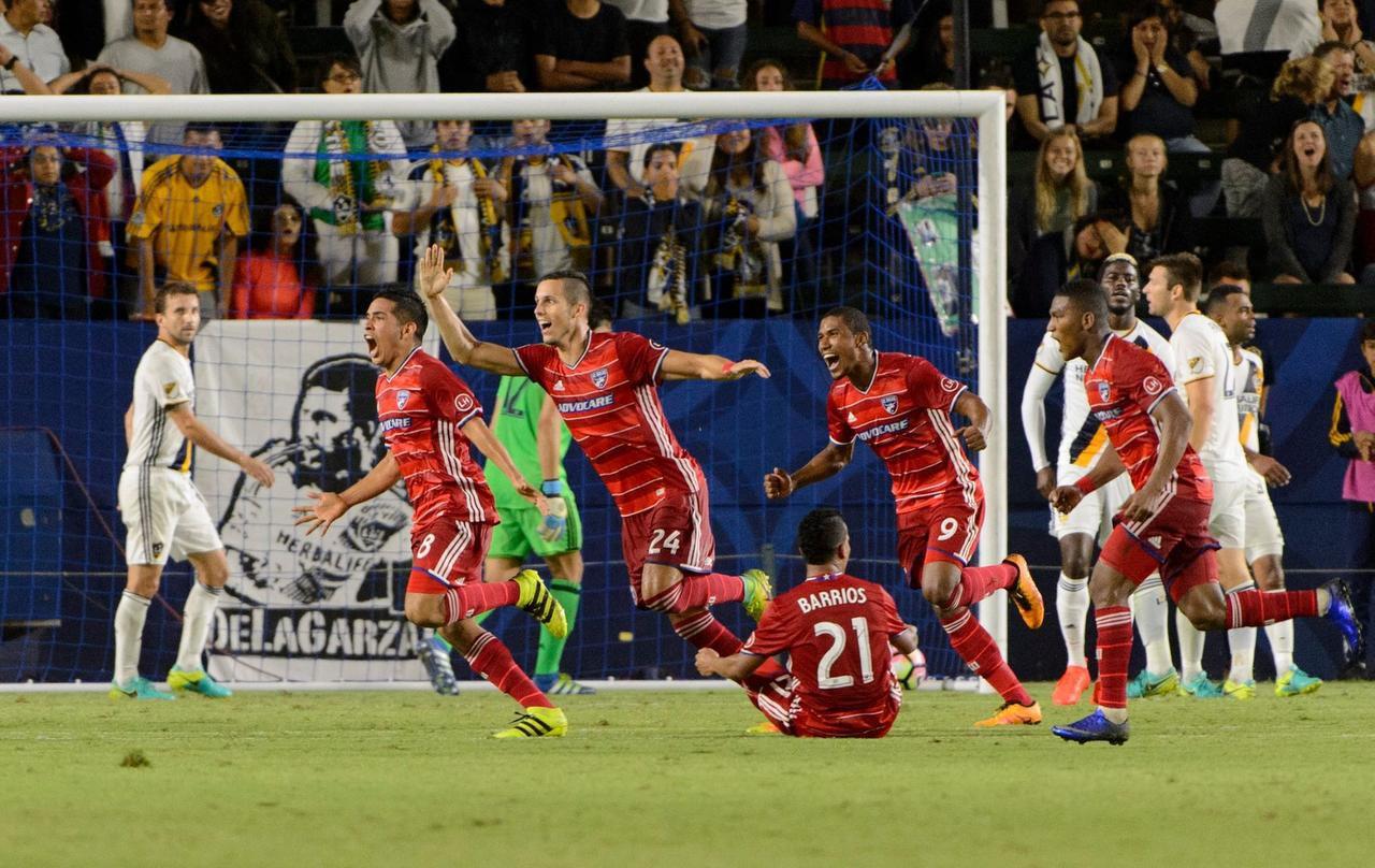 Víctor Ulloa (8) anotó el gol de la victoria de Dallas 2-1 ante Los Ángeles el miércoles. (FC DALLAS/KELVIN KUO)