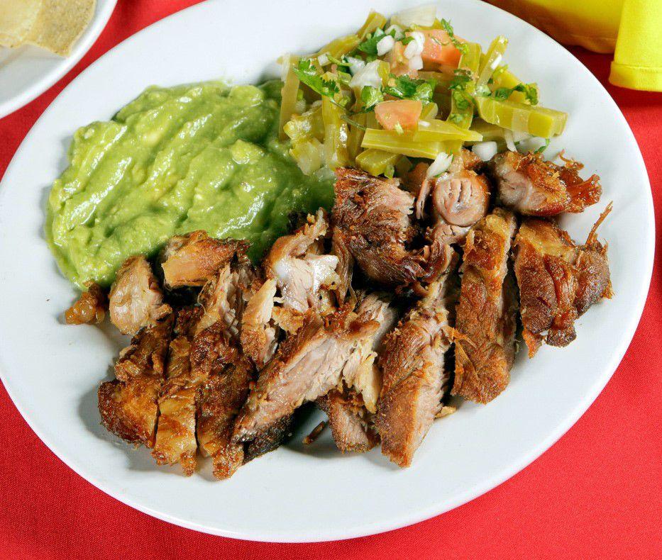 Carnitas estilo Michoacán servidas con aguacate y vegetales verdes. (AGENCIA REFORMA)