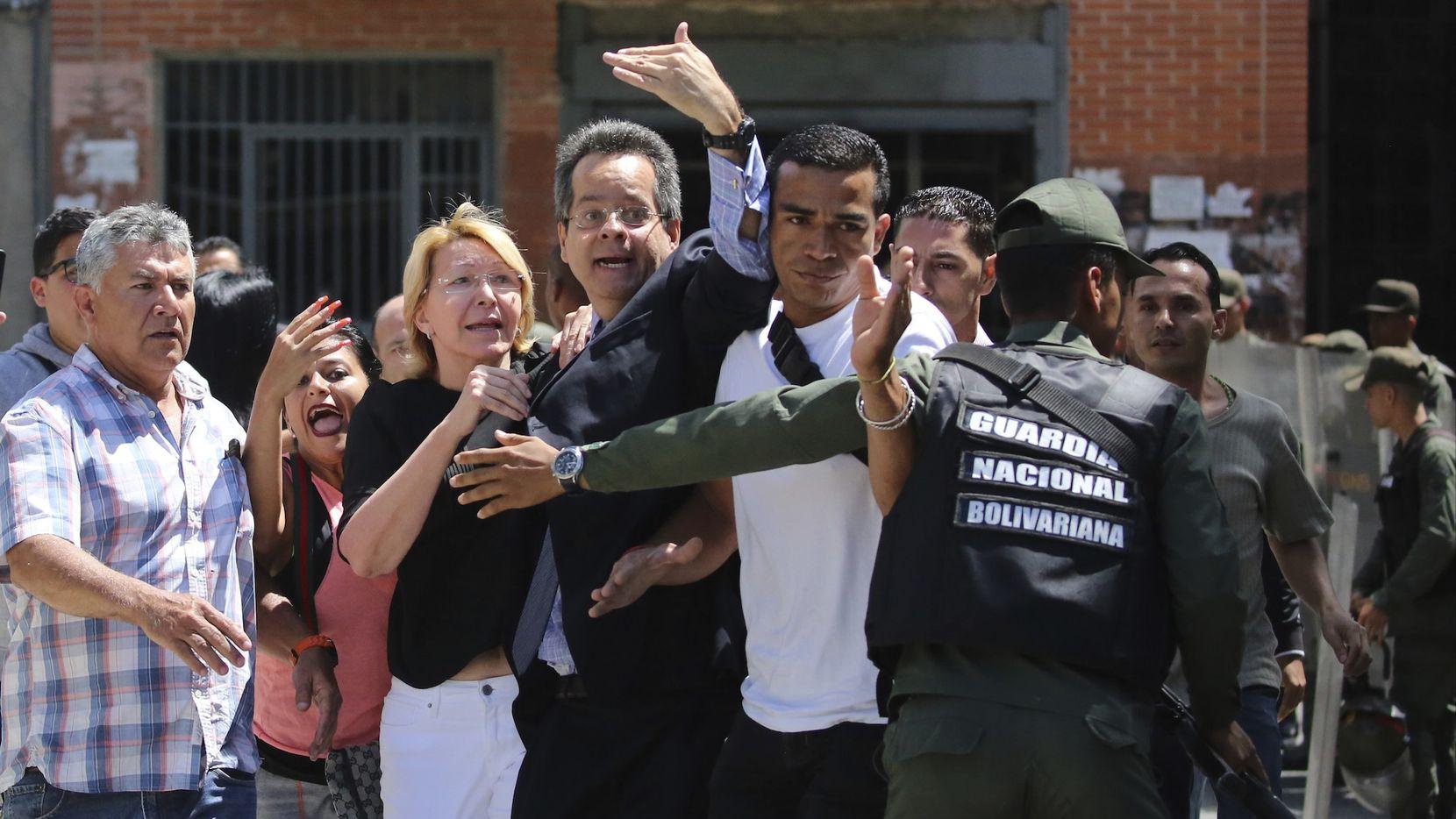 La fiscal general de Venezuela Luisa Ortega no pudo ingresar a las oficinas de gobierno el sábado. AP