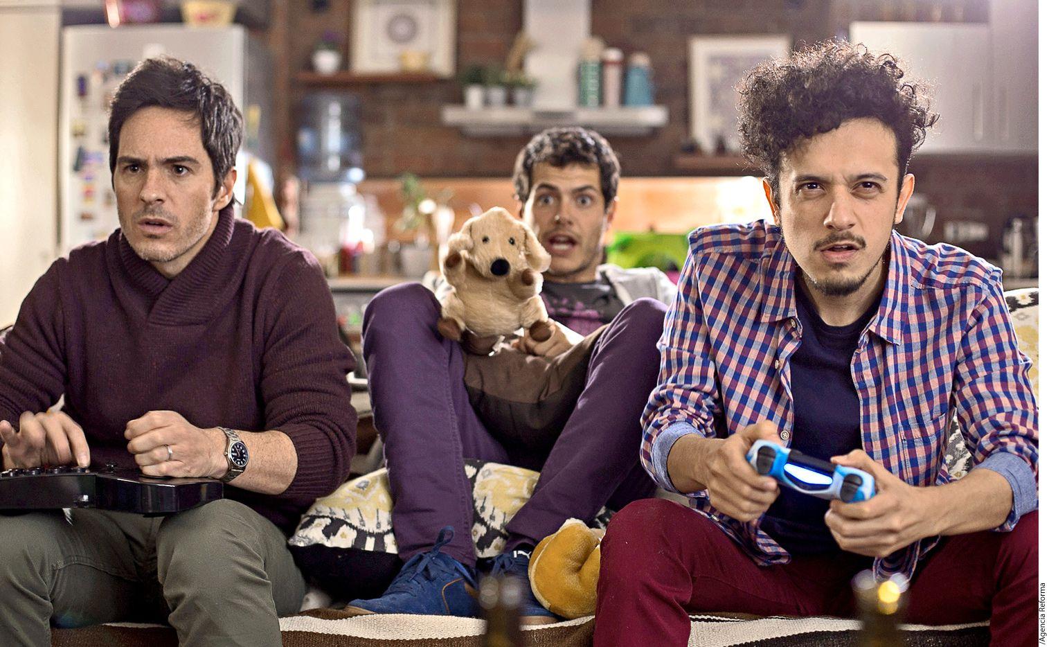Mauricio Ochmann (izq.) está feliz filmando Amigo Gay, comedia dirigida por Nicolás López./AGENCIA REFORMA