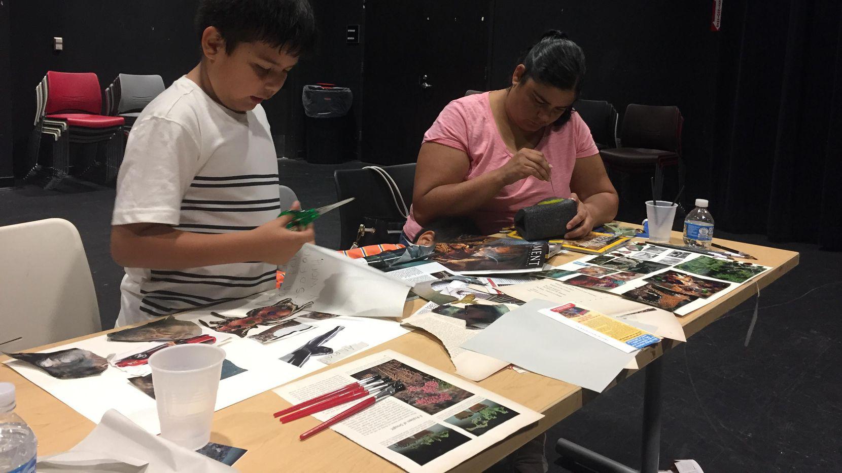 Miriam Caldera, residente de Pleasant Grove (der.), con su hijo Aaron de 8 años, durante el taller de poesia.(CARMINA TISCAREÑO/AL DÍA)