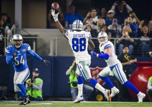 Dez Bryant (88) lanza el balón 10 yardas hacia Jason Witten para el quinto touchdown de la noche en el triunfo de los Cowboys ante Lions el lunes en Arlington. Foto (Smiley N. Pool/The Dallas Morning News)