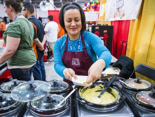 Lena Sánchez-Palomo de Cita's Salsa sirve muestras en el ZestFest de hace dos años en el Irving Convention Center. (Ashley Landis/The Dallas Morning News)