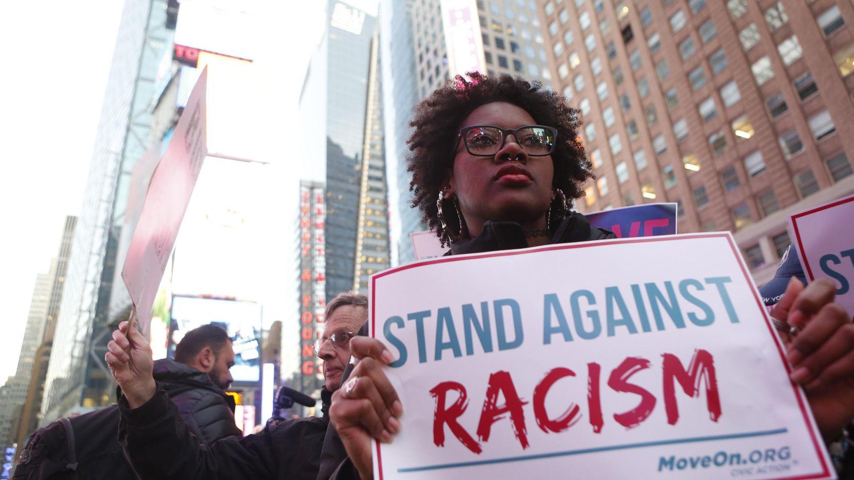 Una persona porta una pancarta del movimiento MoveOn.org que aboga por tolerancia.(GETTY IMAGES)