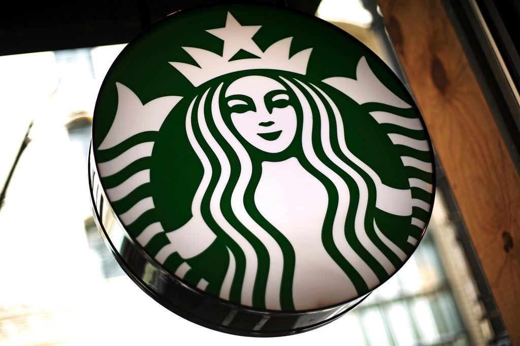 Starbucks está lidiando con indignación por el arresto de dos hombres afroamericanos en una de sus localidades en Filadelfia. / AP