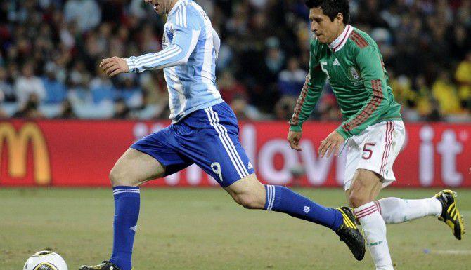 Gonzalo Higuaín (izq.) y Argentina se enfrentaron a México por última vez durante el Mundial de Sudáfrica 2010. (AP/MARTIN MEISSNER)