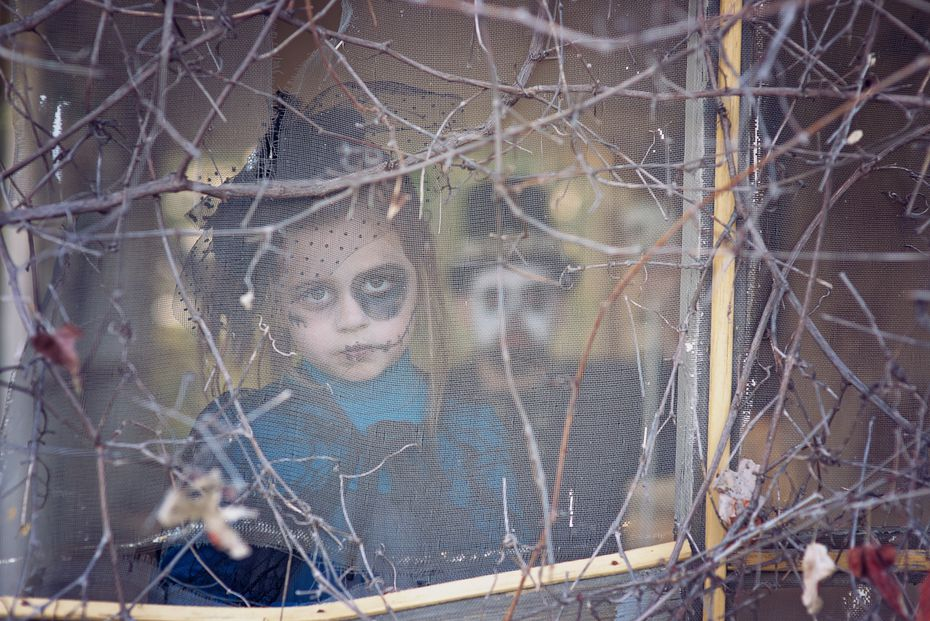 Photographer Julie Peveto has posted her family Halloween photos online each year for three years, but it was her latest photos (which you can see below) that went viral in 2016.