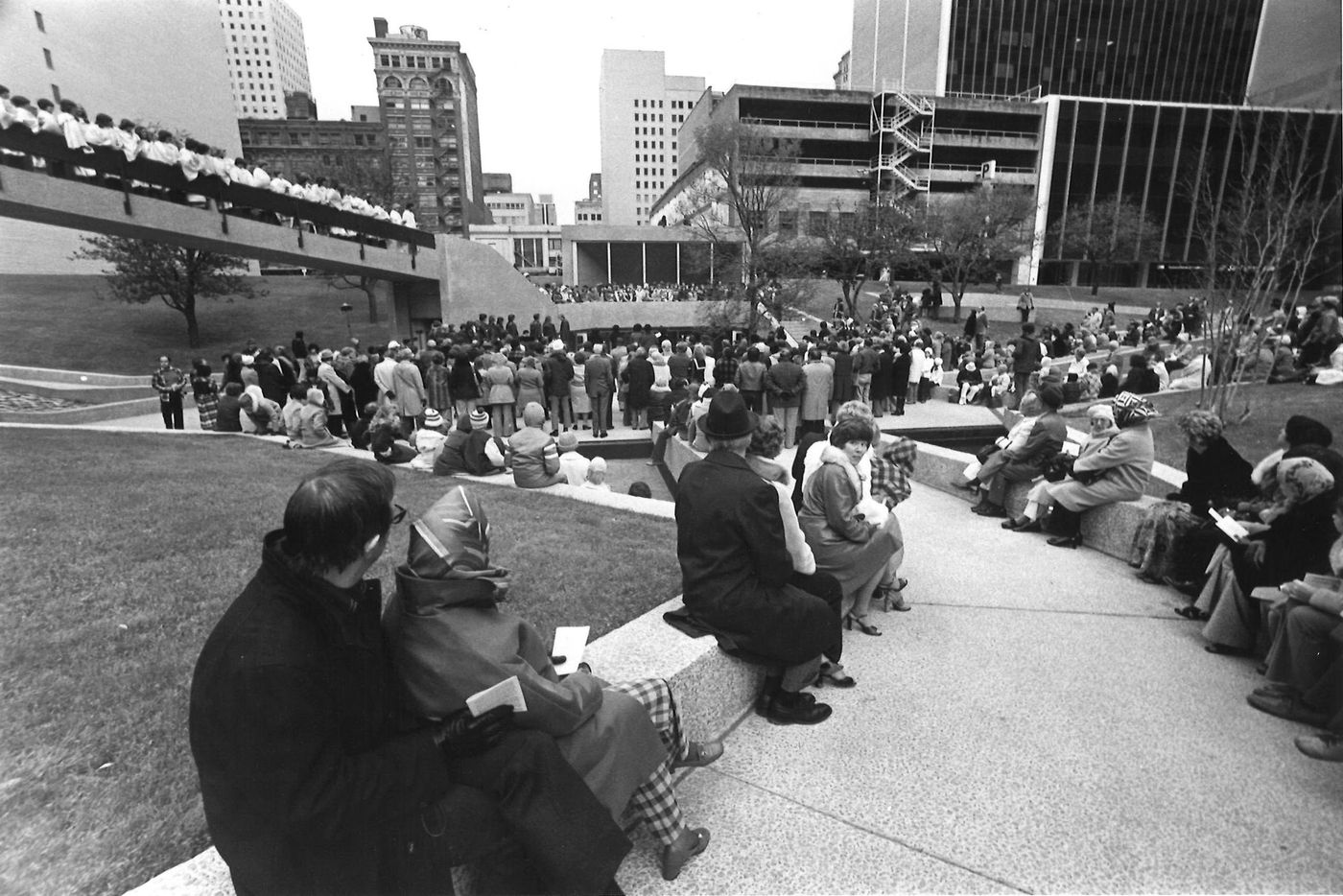A crowd listening to Christmas carols at Thanks-Giving Square in 1977.