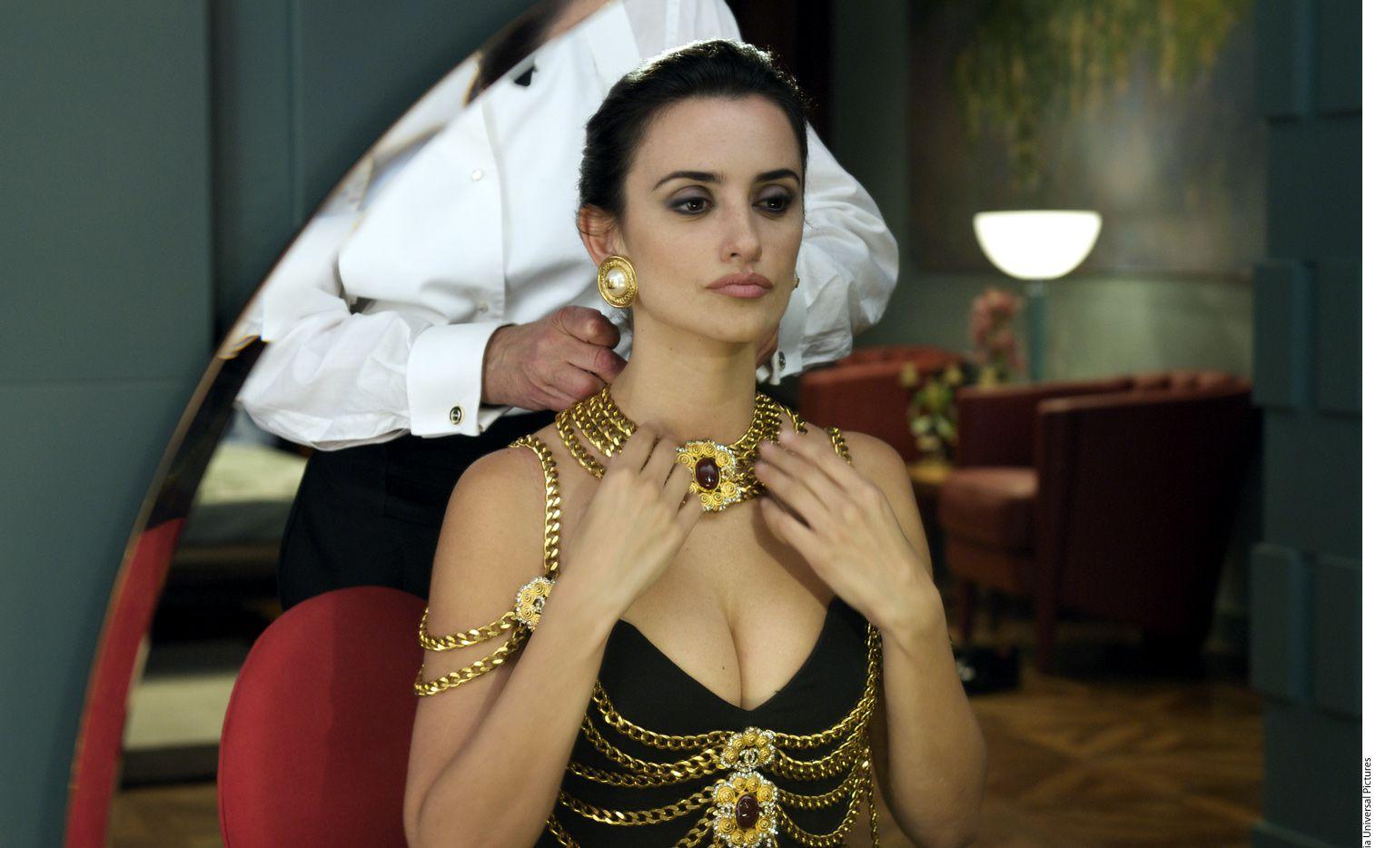 De acuerdo con la crítica, la actrioz española, Penélope Cruz (foto), suple con pasión su falta de precisión al interpretar a la diseñadora, de quien es amiga Donatella Versace./ AGENCIA REFORMA